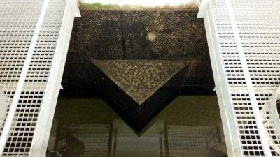 Steine werden vom Wasser aus dem Beton gewaschen.