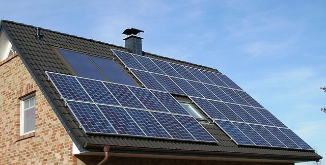 Photovoltaik und Dachbegrünung bei Schulbauten und anderen städtischen Gebäuden